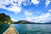 Barco en lago verde con cielo perfecto — Foto de Stock