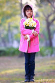 Sosteniendo un ramo de flores niña triste del asia — Foto de Stock