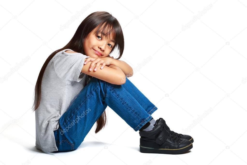 Chica infeliz sentada en el suelo Descargar Fotos gratis