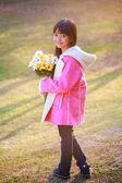 Malá asijská dívka drží kytice — Stock fotografie
