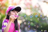 Sabun köpüğü üfleme, sevimli, küçük asyalı kız — Stok fotoğraf
