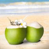 зеленый кокос с водным всплеском — Стоковое фото