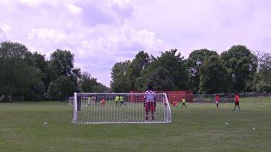 мальчики играют в футбол — Стоковое видео