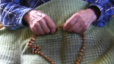 Old man's shaky hands holding rosary — Stock Video