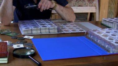 Numismatiker prüfung münzsammlung — Stockvideo