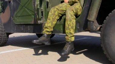 Voják a jeho vojenské vozidlo — Stock video