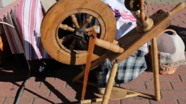 Antique spinning wheel in use at a craft fair — Stock Video