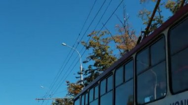 City street. Trolleybus and overhead wires — Stock Video