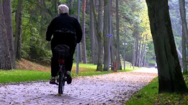 Senior woman riding a bike — Stock Video