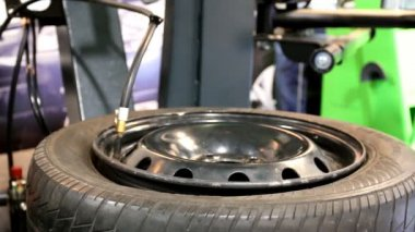 Inflating tire tyre at garage — Stock Video