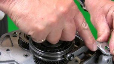 Mechanic dismantling gear box 2. — Stock Video