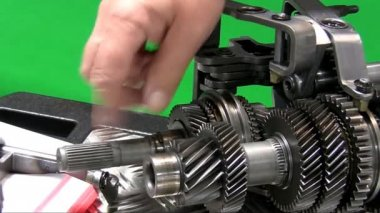 Dismantling car gearbox 4. Teacher showing parts — Stock Video
