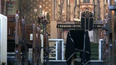 Priest celebrating funeral mass in the church — Vídeo de stock