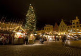 Christmas market around fir tree in the Old Town of Tallinn, Estonia — Stock Photo