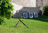Crossbow and targets in front of limestone wall — Stock Photo