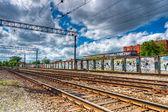 Demiryolu slayt raylar ve boyalı duvar — Stok fotoğraf