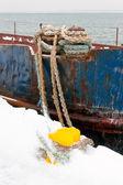крушение корабль, придает кнехт с веревками — Стоковое фото