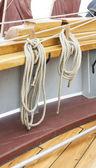 Touwen hangen in een houten zeil schip — Stockfoto