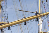 Crew of the Krusenstern ship stand on sail mast — Stockfoto