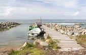 Stare łodzie rybackie wiosło w morze dołączone do mostka — Zdjęcie stockowe