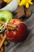 Rojo, verde manzana y canela palos — Foto de Stock