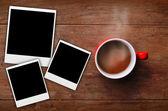 красная чашка кофе с рамку рисунка на старой древесины фоне — Стоковое фото