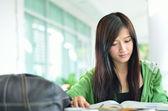 美丽的亚洲女孩是阅读和微笑 — 图库照片