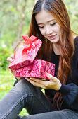 美丽的女人打开礼品盒 — 图库照片