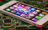 IPhone 5 Apps screen on a mainboard surface — Stock Photo