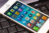 Iphone 5 écran d'apps sur un clavier d'ordinateur — Photo