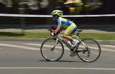 Bucarest-Ploiesti - luglio, 05: panning di un ragazzo molto giovane bicicletta in una giornata di sole, competizione per evento di strada grand prix, un circuito ad alta velocità corsa, 5 luglio 2014 in ploiesti-Bucarest, romania — Foto Stock