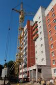 Construcción del edificio de varios pisos de ladrillo. — Foto de Stock