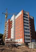 Construction de l'immeuble de plusieurs étages de brique. — Photo