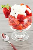 Strawberries and cream — Stok fotoğraf