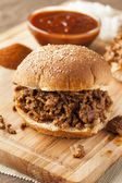Schlampige barbecue beef sandwich — Stockfoto