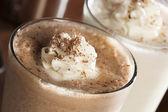 богатый и сливочный шоколадный молочныи коктейль — Стоковое фото