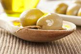 Frische bio-grüne oliven — Stockfoto