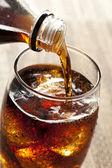 Refrescante soda marrón con hielo — Foto de Stock