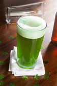 окрашенная зеленое пиво для день святого патрика — Стоковое фото