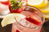 Refreshing Ice Cold Strawberry Lemonade — Stock Photo