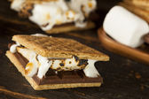 Homemade S'more with chocolate and marshmallow — Stock Photo