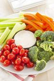 Organische rauwe groenten met ranch duik — Stockfoto