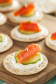 Salmon and Cracker Hor D'oeuvres — Stock Photo