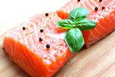 Filete de salamon con albahaca — Foto de Stock