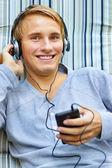 Nastolatek, słuchanie muzyki — Zdjęcie stockowe