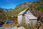 Old wooden hut by lakeside in Cradle Mountain Lake St. Clair Nat — Stock Photo