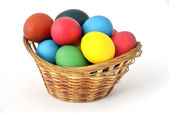 Huevos de pascua están en la cesta. — Foto de Stock