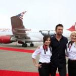 Постер, плакат: Hugh Jackman with Virgin America flight attendents