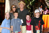 Amanda Pays, Corbin Bernsen, with kids and Their niece, nephews — Stock Photo