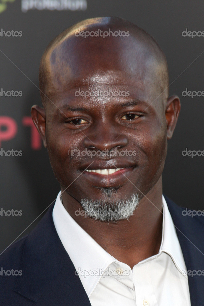 LOS ANGELES - JUL 13: Djimon Hounsou arrives at the Inception Premiere at Grauman's Chinese Theater on July 13, 2010 in Los Angeles, CA — Stock Photo #12911902